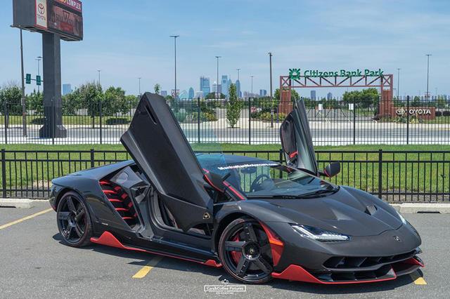 Cặp đôi siêu phẩm cực đắt, cực hiếm khoe dáng cùng hàng chục siêu xe tại Mỹ - Ảnh 2.
