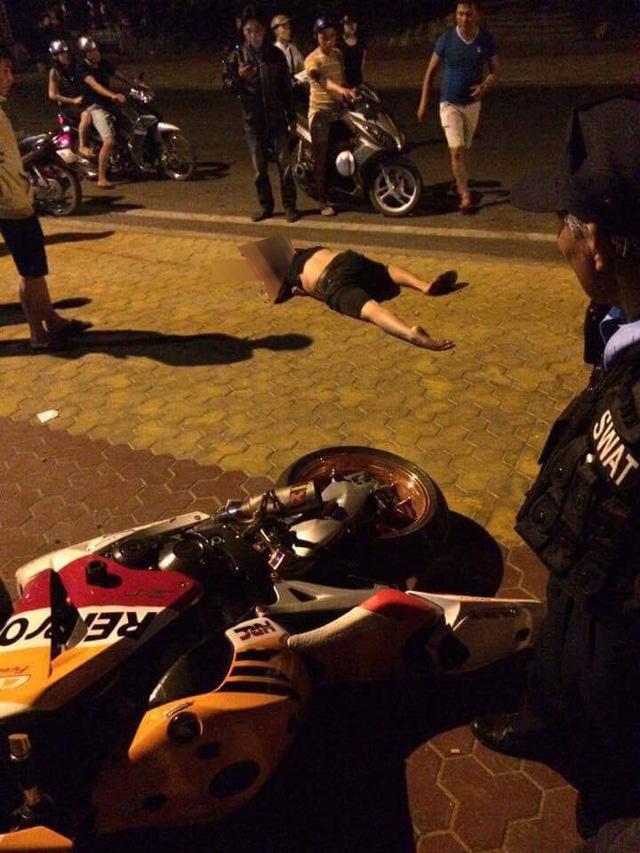 Phan Thiết: Nam thanh niên chạy Honda CBR1000RR không mũ bảo hiểm, tông vào xe máy, tử vong tại chỗ - Ảnh 2.