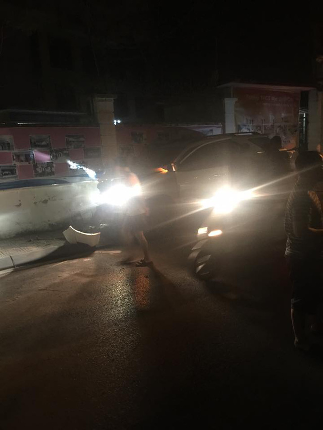 Hà Nội: Mất lái, Toyota Fortuner đâm vào tường, đầu xe nát bét - Ảnh 1.