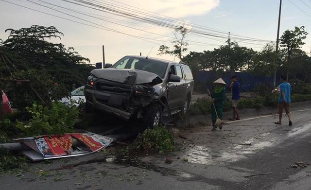 Hà Nội: Vua bán tải Ford Ranger leo dải phân cách, hạ gục cây xanh và trụ đèn - Ảnh 1.