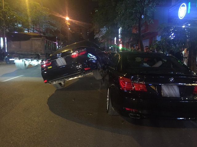 Hà Nội: Toyota Camry đè đầu cưỡi cổ BMW 750Li ngay trên phố - Ảnh 1.