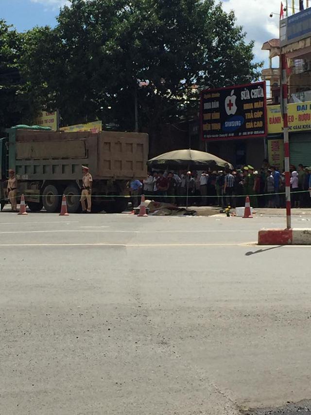 Hà Nội: Xe máy va chạm với xe tải, 3 người tử vong tại chỗ - Ảnh 1.