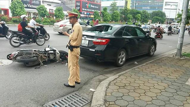 Hà Nội: Nam thanh niên điều khiển xe Honda SH tông vào Toyota Camry đang đỗ bên đường - Ảnh 1.