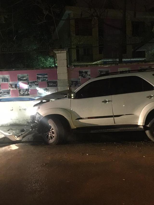 Hà Nội: Mất lái, Toyota Fortuner đâm vào tường, đầu xe nát bét - Ảnh 2.