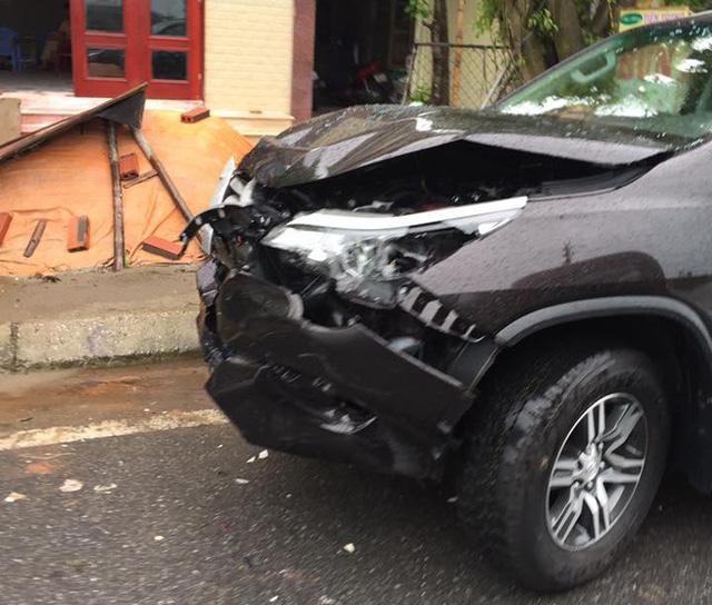 Nam Định: Tông vào đuôi xe taxi, Toyota Fortuner 2017 hư hỏng nặng đầu xe - Ảnh 2.