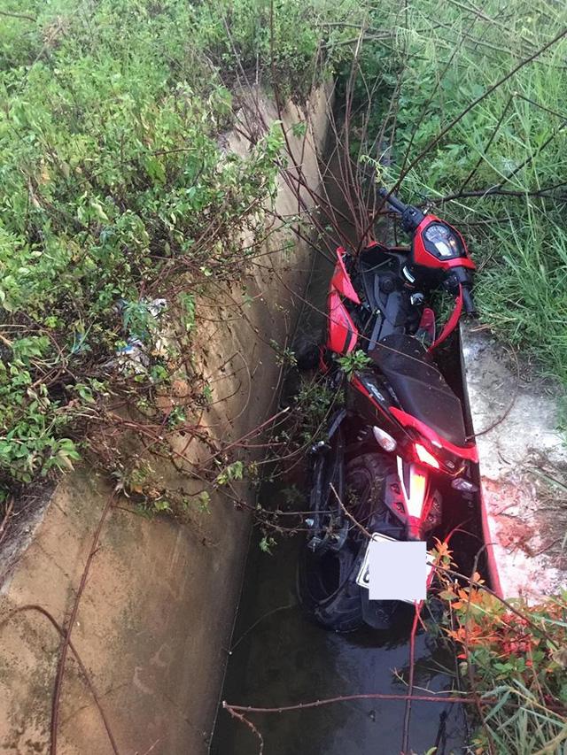 Nghệ An: Yamaha Exciter 150 nằm gọn dưới rãnh, nam thanh niên bị thương nặng - Ảnh 1.