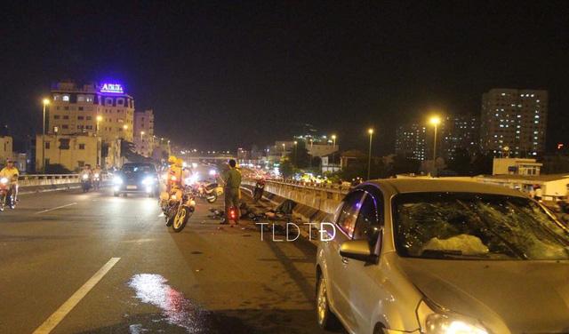 Chạy ngược chiều trên cầu Bình Lợi, nam thanh niên tông trực diện ô tô, tử vong tại chỗ - Ảnh 1.