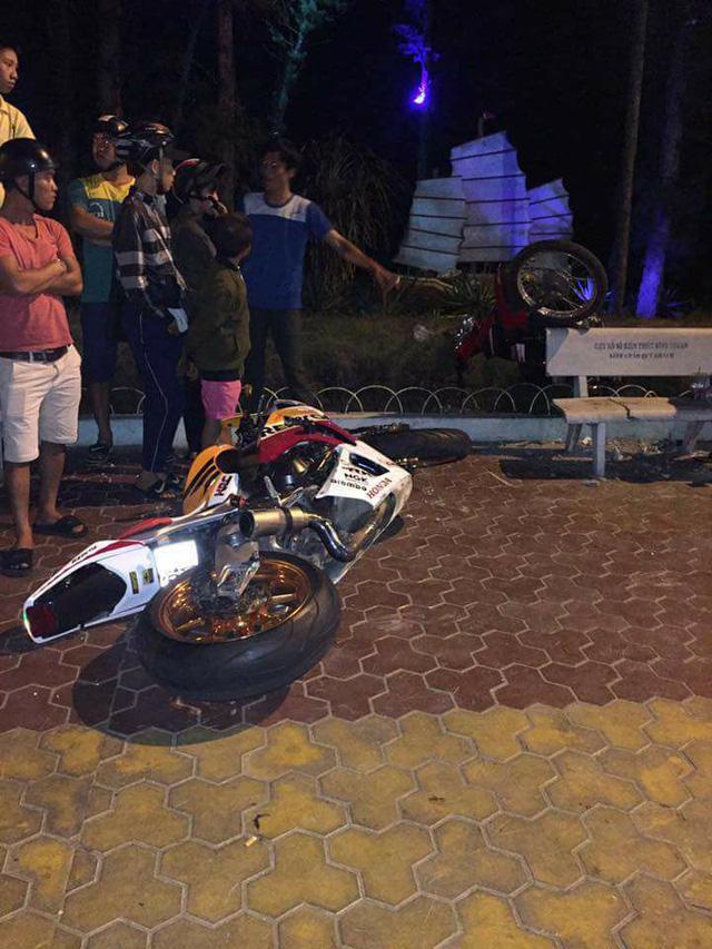 Phan Thiết: Nam thanh niên chạy Honda CBR1000RR không mũ bảo hiểm, tông vào xe máy, tử vong tại chỗ - Ảnh 1.