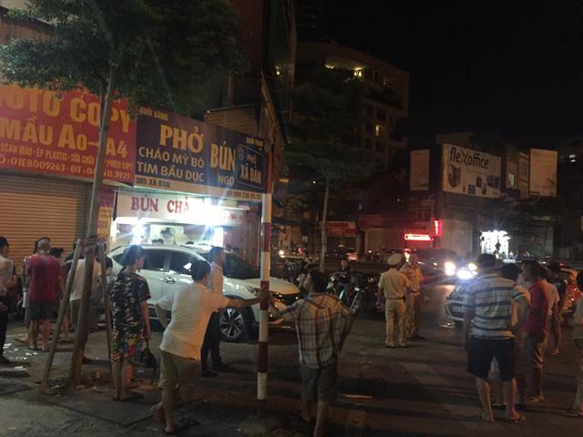 Hà Nội: Tài xế Honda CR-V lùi xe quá đà, hạ gục 2 xe tay ga và taxi, 1 người gãy chân - Ảnh 1.