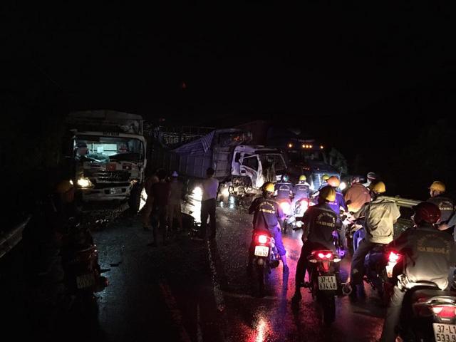 Nghệ An: 2 hung thần xe tải chạy vào đường cấm, tông nhau kinh hoàng, tài xế mắc kẹt trong cabin - Ảnh 2.