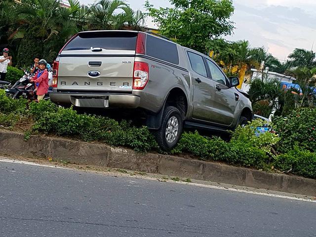 Hà Nội: Vua bán tải Ford Ranger leo dải phân cách, hạ gục cây xanh và trụ đèn - Ảnh 2.