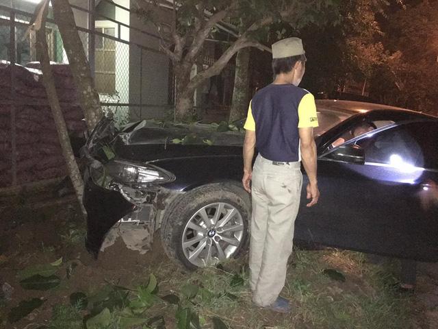 Quảng Ninh: Xe sang BMW 520i tông trực diện vào cây sấu, hư hỏng nặng phần đầu xe - Ảnh 2.