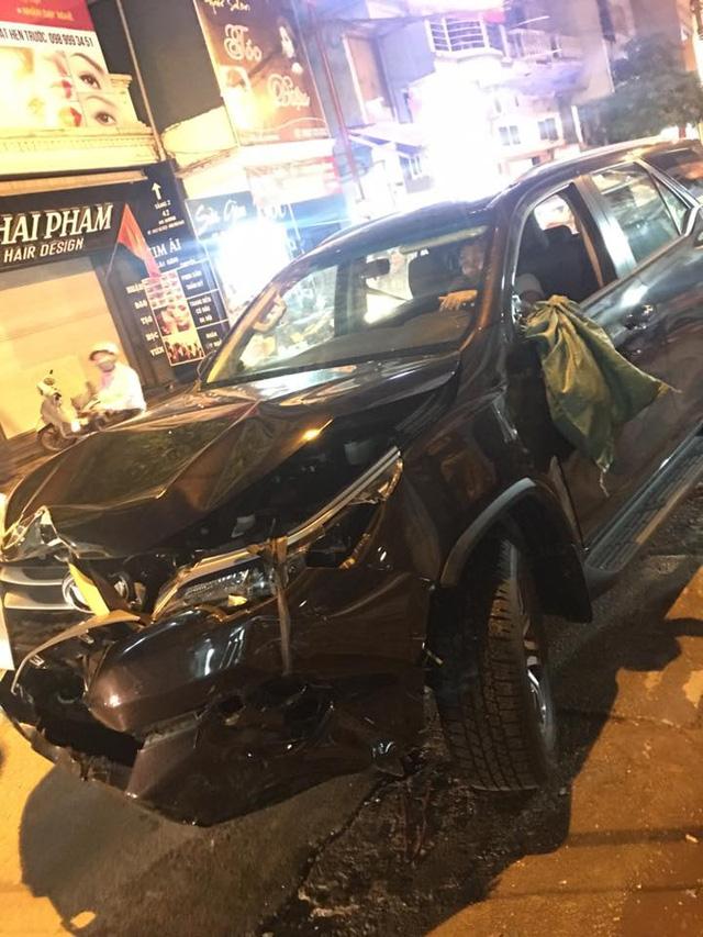 Nam Định: Tông vào đuôi xe taxi, Toyota Fortuner 2017 hư hỏng nặng đầu xe - Ảnh 3.