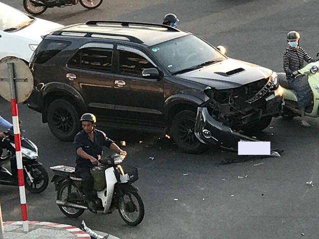 Đà Nẵng: Va chạm với Toyota Fortuner, taxi lật nghiêng trên phố - Ảnh 2.
