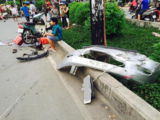 Sài Gòn: Kinh hoàng Honda Accord hạ gục 6 xe máy trên phố, nhiều người bị thương nặng - Ảnh 4.