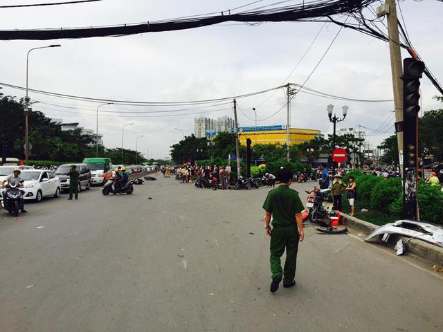 Sài Gòn: Kinh hoàng Honda Accord hạ gục 6 xe máy trên phố, nhiều người bị thương nặng - Ảnh 6.