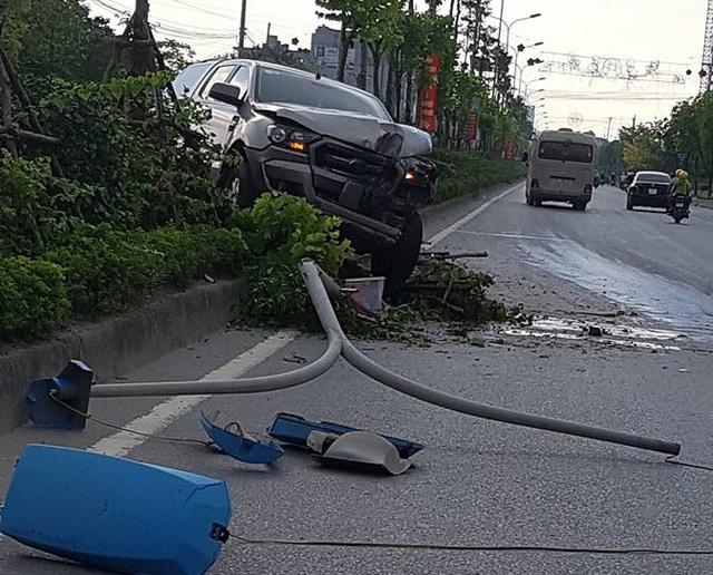 Hà Nội: Vua bán tải Ford Ranger leo dải phân cách, hạ gục cây xanh và trụ đèn - Ảnh 3.