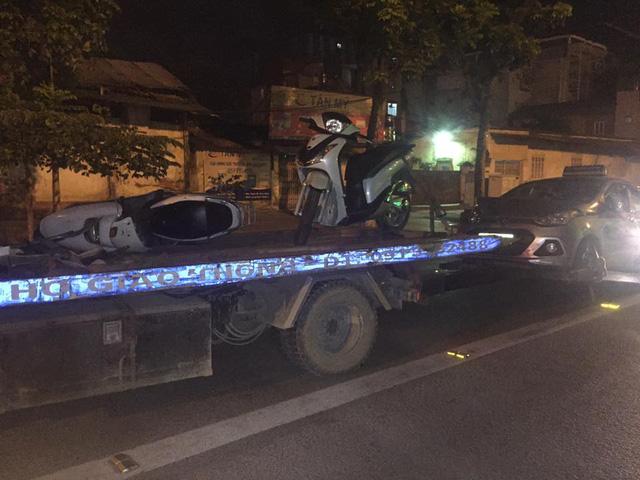 Hà Nội: Tài xế Honda CR-V lùi xe quá đà, hạ gục 2 xe tay ga và taxi, 1 người gãy chân - Ảnh 4.