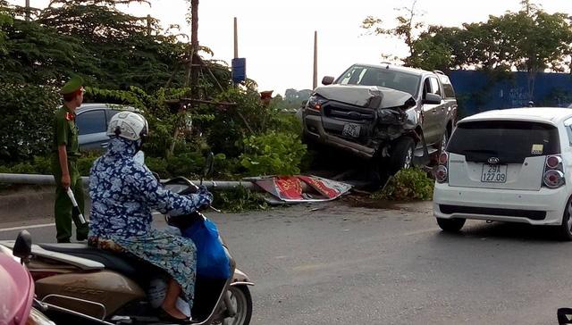 Hà Nội: Vua bán tải Ford Ranger leo dải phân cách, hạ gục cây xanh và trụ đèn - Ảnh 5.
