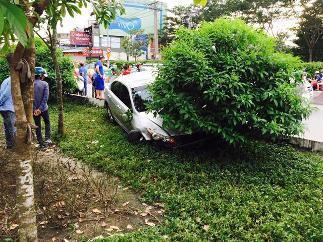 Sài Gòn: Kinh hoàng Honda Accord hạ gục 6 xe máy trên phố, nhiều người bị thương nặng - Ảnh 1.