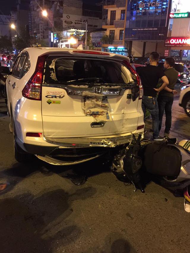 Hà Nội: Vua bán tải Ford Ranger chạy ngược chiều trên phố gây tai nạn liên hoàn - Ảnh 2.