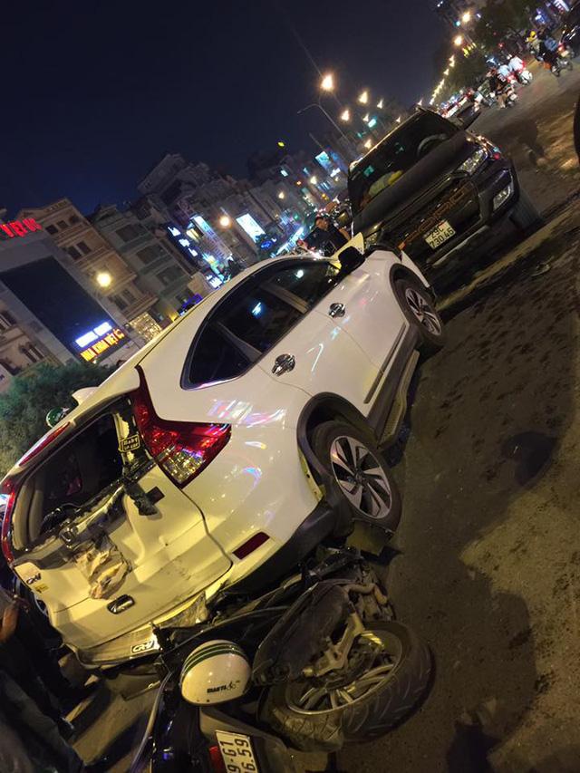 Hà Nội: Vua bán tải Ford Ranger chạy ngược chiều trên phố gây tai nạn liên hoàn - Ảnh 1.
