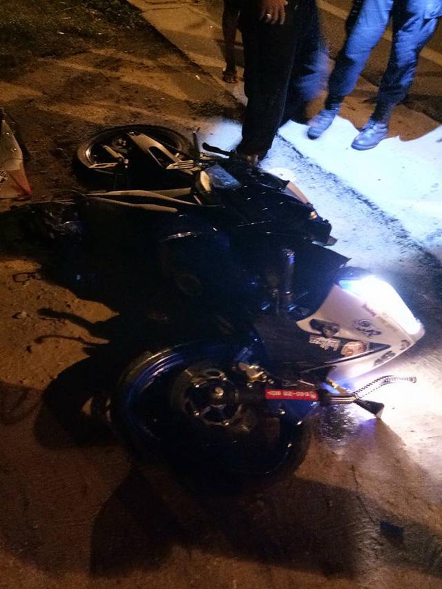 Biker chạy Yamaha R15 phóng bạt mạng trên phố, tông trực diện vào ô tô - Ảnh 2.