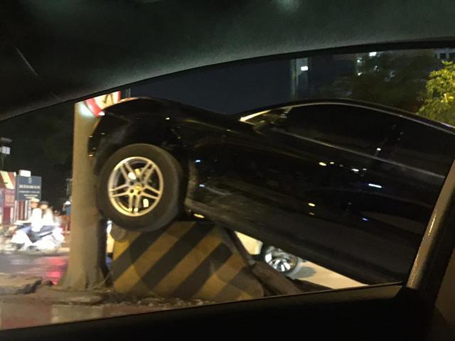 HÀ Nội: Porsche Macan leo dải phân cách, tông vào cột điện lúc nửa đêm - Ảnh 3.