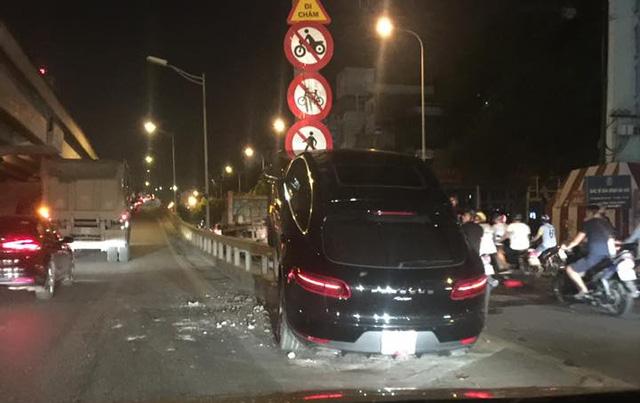 HÀ Nội: Porsche Macan leo dải phân cách, tông vào cột điện lúc nửa đêm - Ảnh 5.