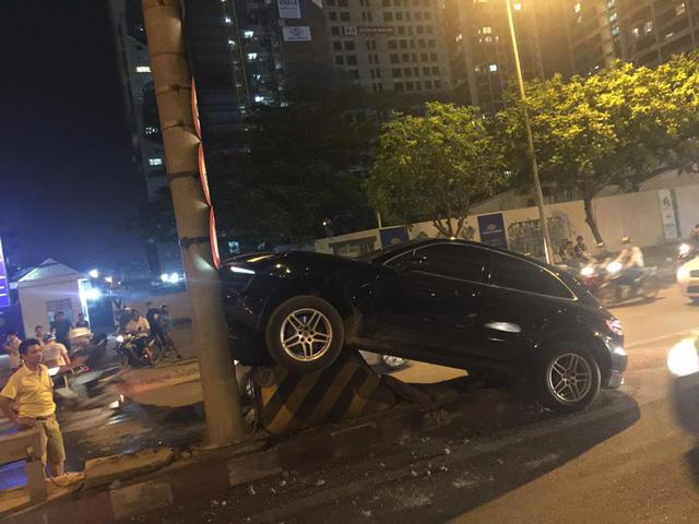 HÀ Nội: Porsche Macan leo dải phân cách, tông vào cột điện lúc nửa đêm - Ảnh 2.
