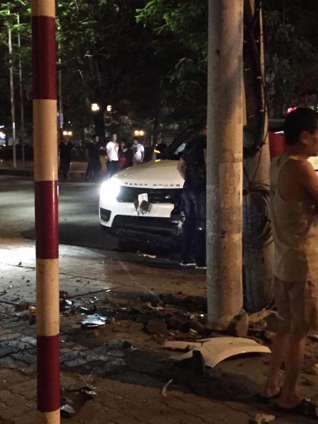 Hải Phòng: Range Rover mất lái, đâm vào cột điện, đầu xe nát bét - Ảnh 2.