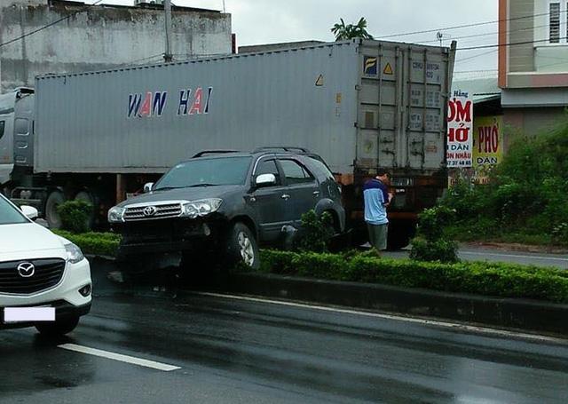 Quảng Ninh: Toyota Fortuner mắc kẹt dải phân cách giữa đường, cản va trước nát bét - Ảnh 1.