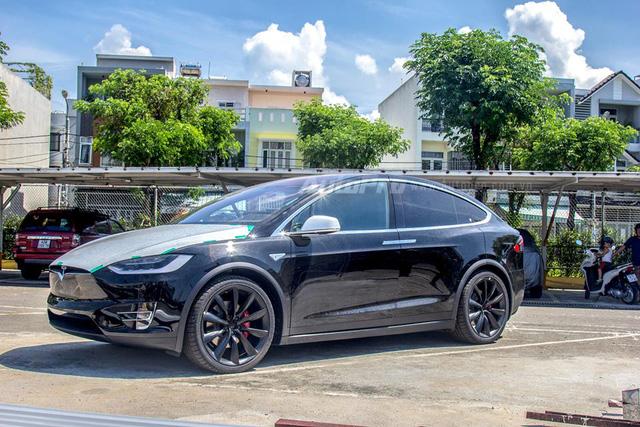 Soi SUV điện Tesla Model X P100D đầu tiên tại Việt Nam - Ảnh 1.
