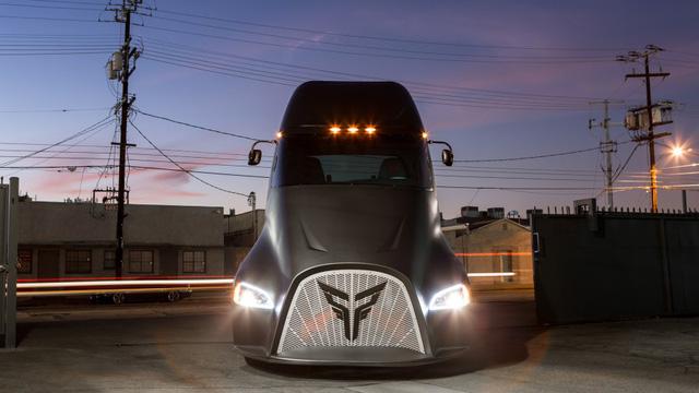 Vừa ra mắt, siêu xe tải điện của Tesla đã gặp đối thủ - Ảnh 1.
