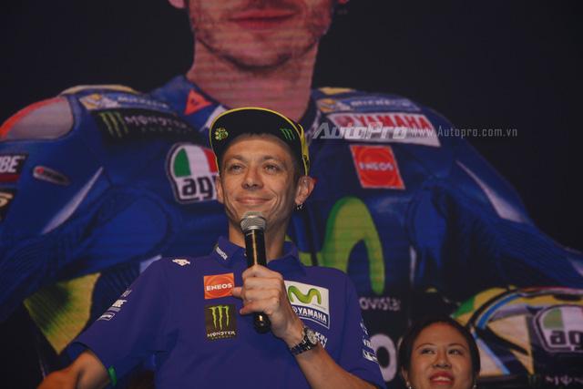 Lần đầu đến Việt Nam, Valentino Rossi thích thú với nhiều xe máy lưu thông trên đường - Ảnh 3.