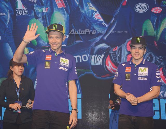 Lần đầu đến Việt Nam, Valentino Rossi thích thú với nhiều xe máy lưu thông trên đường - Ảnh 2.