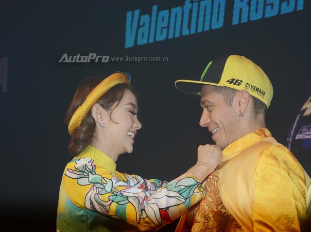 Lần đầu đến Việt Nam, Valentino Rossi thích thú với nhiều xe máy lưu thông trên đường - Ảnh 12.