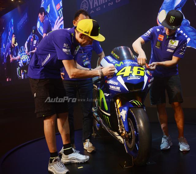 Lần đầu đến Việt Nam, Valentino Rossi thích thú với nhiều xe máy lưu thông trên đường - Ảnh 6.