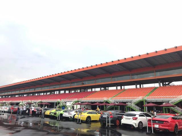 Siêu xe và xe thể thao tụ tập tại trường đua dưới cơn mưa trái mùa của Sài thành - Ảnh 2.