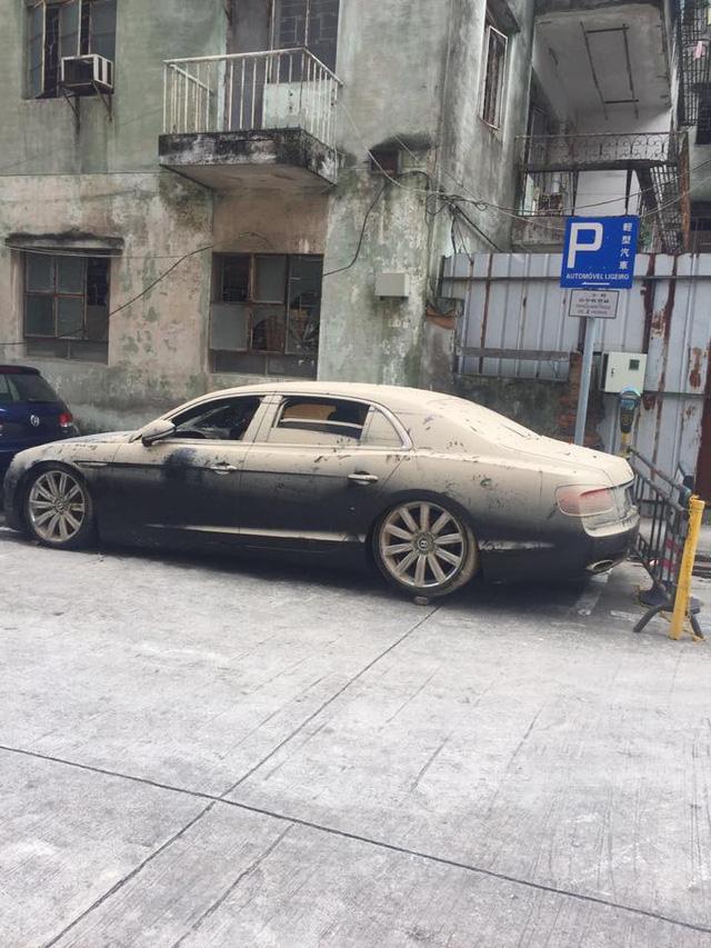Không chỉ Range Rover, Bentley Flying Spur W12 cũng gặp nạn sau bão Hato tại Macao - Ảnh 1.