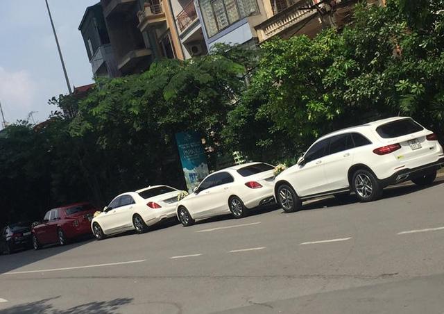 Đại gia Hà Nội rước dâu bằng cặp đôi xe siêu sang Rolls-Royce và dàn xe sang - Ảnh 4.