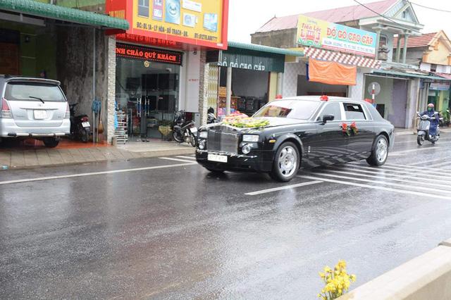 Tay chơi Quảng Bình rước dâu bằng xe siêu sang Rolls-Royce Phantom - Ảnh 1.
