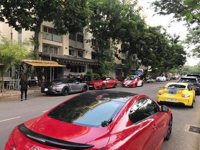 Siêu xe và xe thể thao tụ tập tại trường đua dưới cơn mưa trái mùa của Sài thành - Ảnh 4.