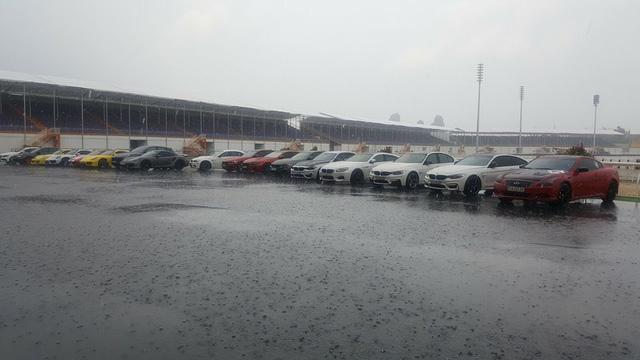 Siêu xe và xe thể thao tụ tập tại trường đua dưới cơn mưa trái mùa của Sài thành - Ảnh 1.