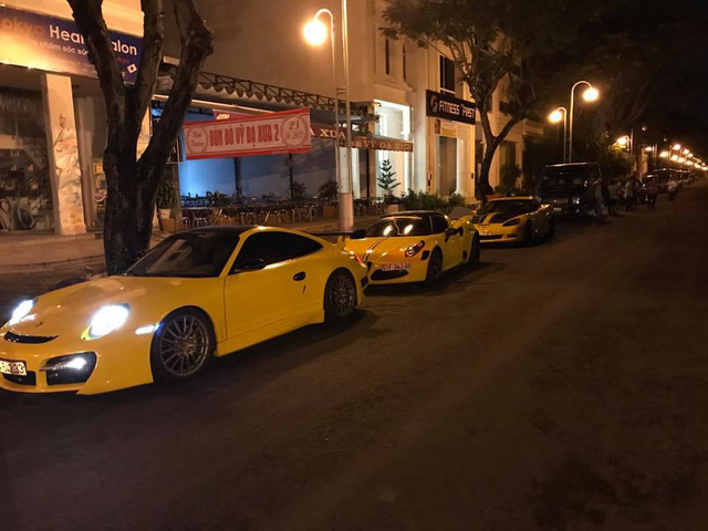 Sau khi dán đề-can màu vàng, dàn xe thể thao khủng của đại gia Sài thành chen chúc trên xe chuyên dụng - Ảnh 8.