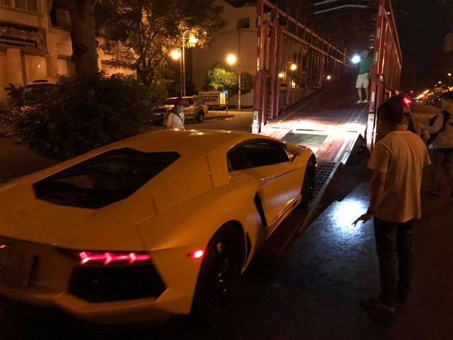 Sau khi dán đề-can màu vàng, dàn xe thể thao khủng của đại gia Sài thành chen chúc trên xe chuyên dụng - Ảnh 1.