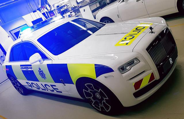 Cảnh sát Anh được trang bị Rolls-Royce Ghost Black Badge làm xe tuần tra - Ảnh 1.