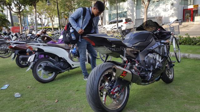 Lạ mắt với chiếc Yamaha YZF-R1 độ thân vỏ bằng sợi carbon tại Sài thành - Ảnh 14.