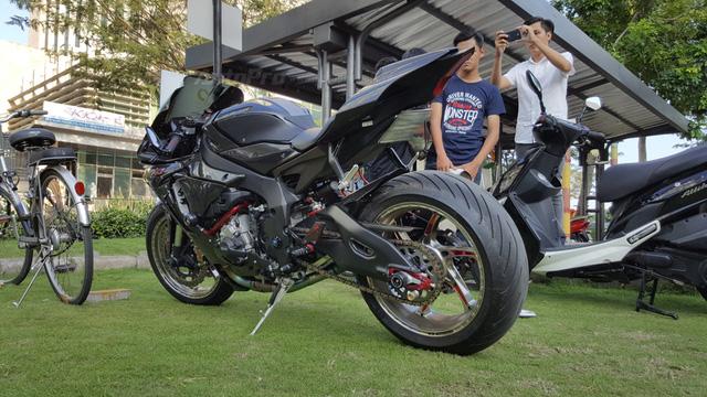 Lạ mắt với chiếc Yamaha YZF-R1 độ thân vỏ bằng sợi carbon tại Sài thành - Ảnh 4.