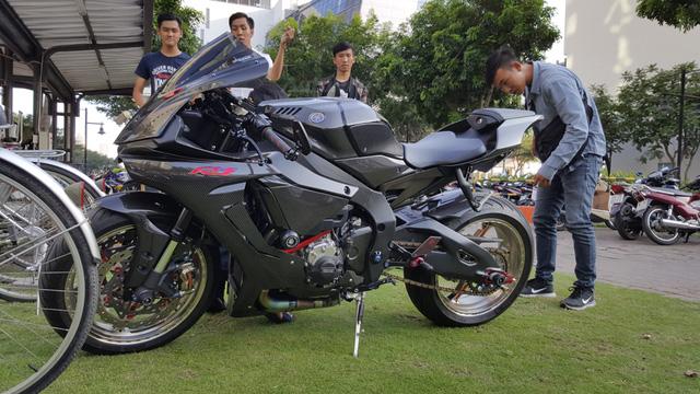 Lạ mắt với chiếc Yamaha YZF-R1 độ thân vỏ bằng sợi carbon tại Sài thành - Ảnh 1.